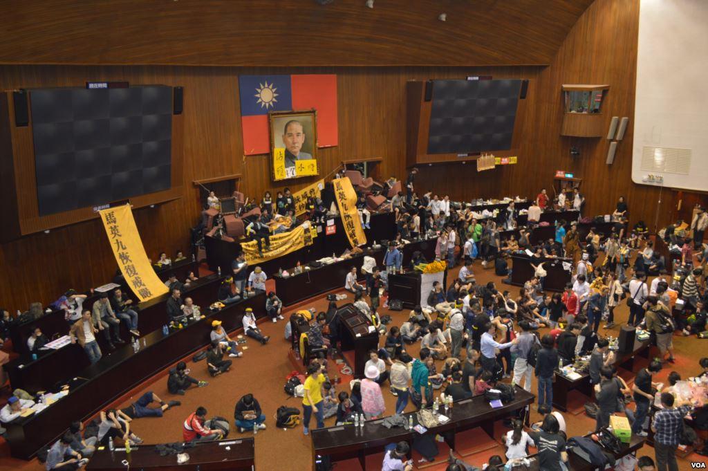Occupy_Taiwan_Legislature_by_VOA_(1).jpg